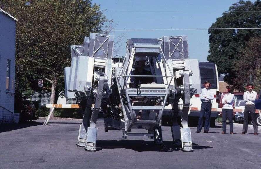 """这是波士顿动力机器狗""""他爸""""?美军80年代机器狗""""考古"""",身高3米,人机联合操作"""