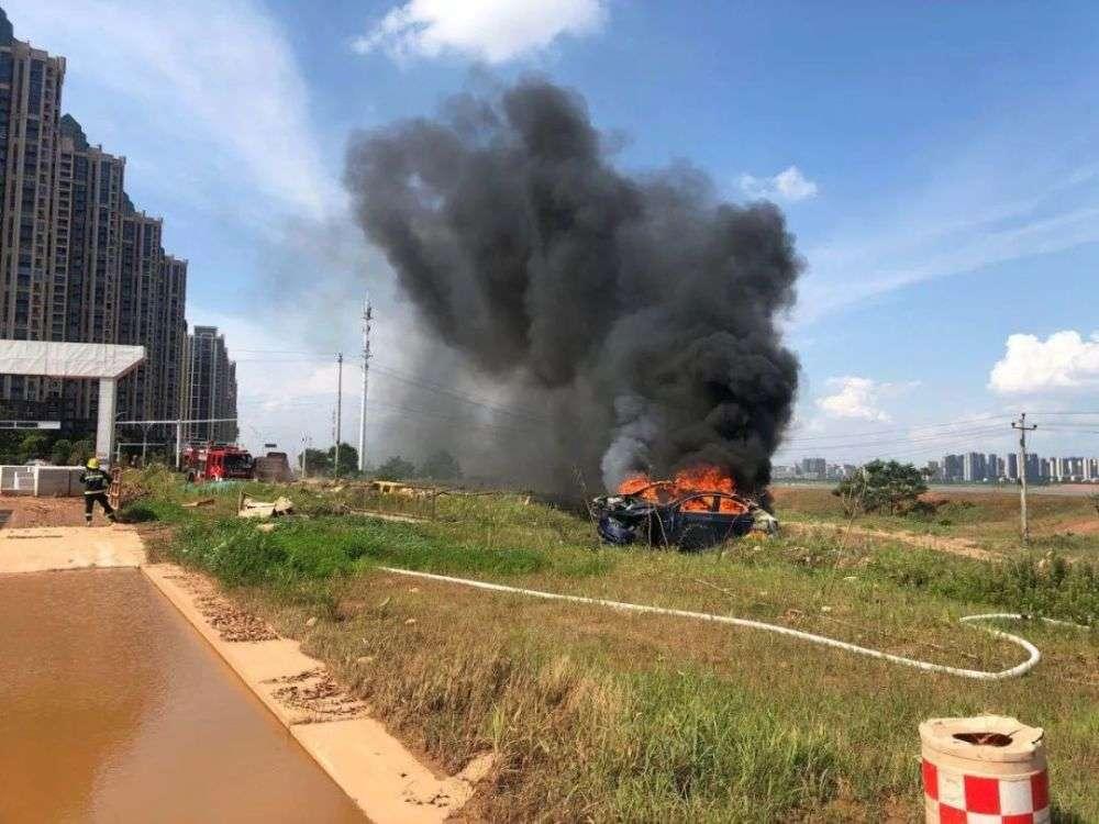 2死6伤车祸背后:特斯拉仍坚称车辆无故障,多位车主表示遭遇意外加速