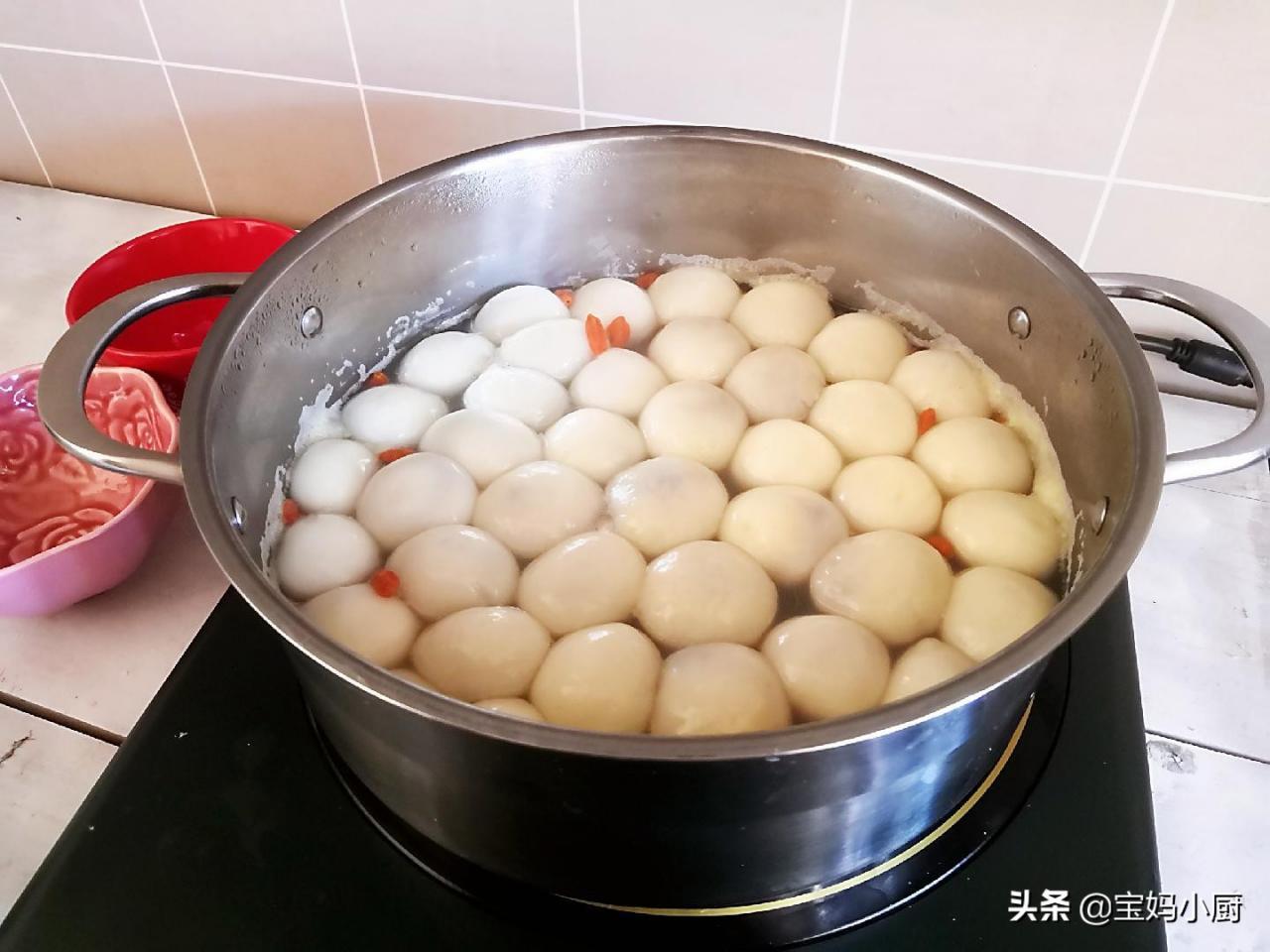 煮汤圆用冷水还是热水(煮汤圆不破皮的技巧)
