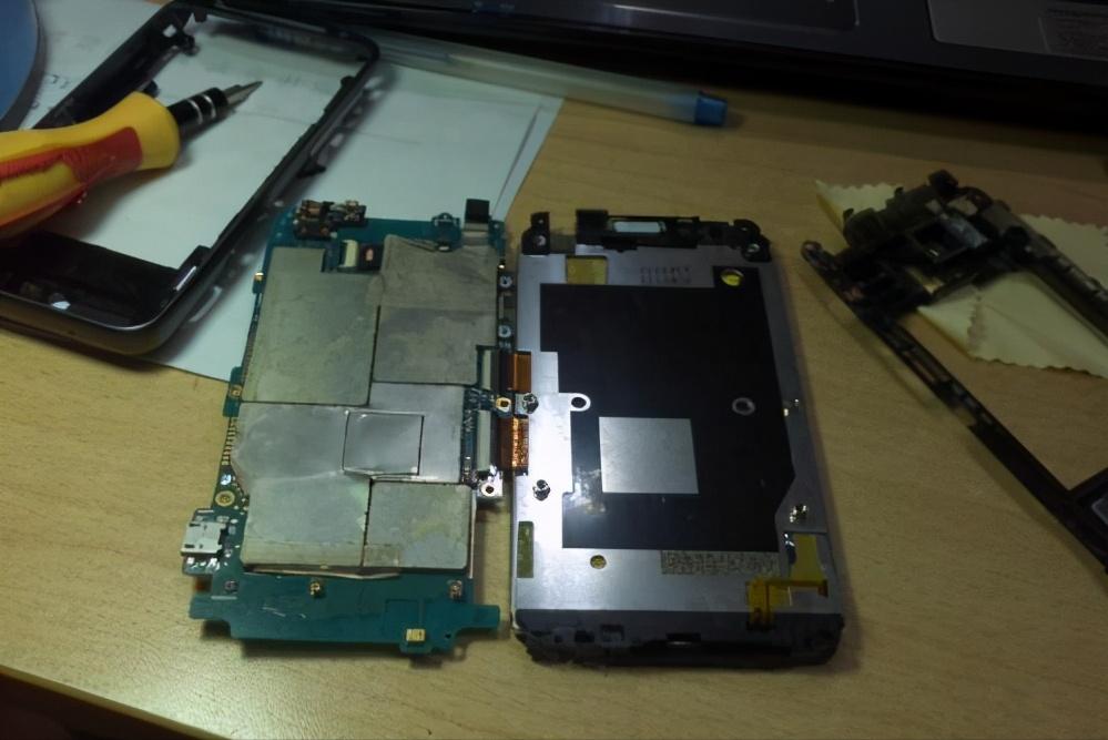 手机屏幕摔碎了怎么修(手机屏幕损坏的3种维修方式)