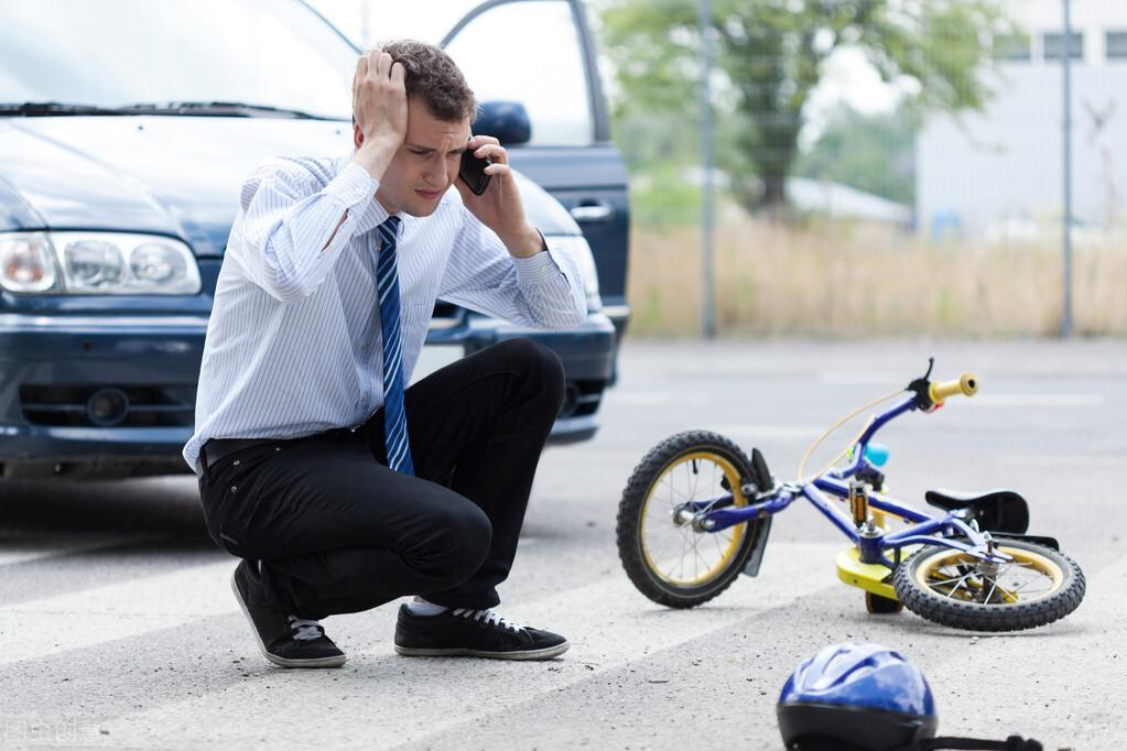 员工下班回家发生交通事故(上班途中被车撞了怎么处理)